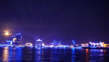 """""""Blue Nights"""" lassen den Hamburger Hafen und die MSC Grandiosa in blauem Licht erstrahlen"""