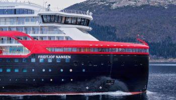 Hurtigruten Expeditions tauft Hybridschiff MS Fridtjof Nansen in der Arktis