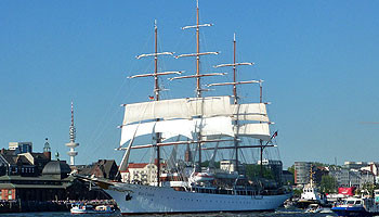 Ausfahrt aus Hamburg. Sea Cloud-Schiffsbesichtigungen sind auf Anfrage möglich © Melanie Kiel