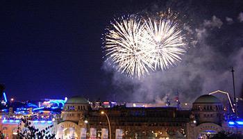 Mit Feuerwerken werden die vier Kreuzfahrtschiffe MS Europa, AIDAstella, MSC Magnifica und die Deutschland verabschiedet © Melanie Kiel