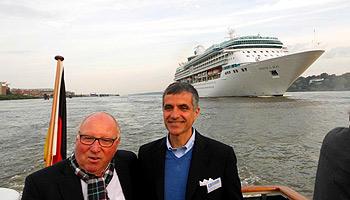 Hamburger Fußballlegende Uwe Seeler und RCL-Italien-Chef Gianni Rotondo fahren der Legend oft the Seas entgegen © Melanie Kiel