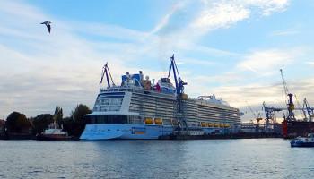 Die Quantum of the Seas beim Eindock-Manöver ins Dock Elbe 17 von Blohm + Voss © Melanie Kiel