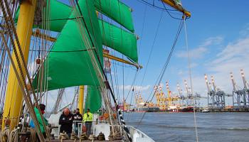 Die Alexander von Humboldt II zieht an Columbuskaje und Hafenanlagen vorbei © Melanie Kiel