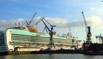 Die Azura von P & O Cruises im Dock Elbe 17 bei Blohm + Voss © Melanie Kiel