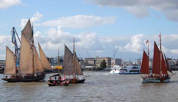 """Vor der Parade sammeln sich die Traditionsschiffe, darunter Der Besanewer """"Moewe"""" wurde 1907 als Frachtsegler gebaut (rechts) © Melanie Kiel"""