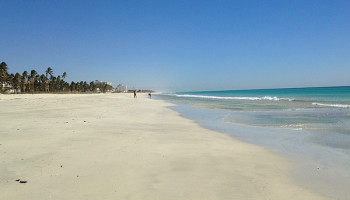 Sand und türkisfarbenes Meer soweit das Auge reicht © Melanie Kiel