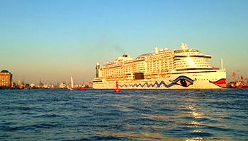 Schiffsbesichtigungen bietet auch AIDA an © Melanie Kiel