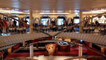 Das Atrium erstreckt sich über die Decks 1 bis 3 © Melanie Kiel