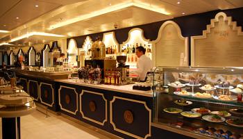 Das neue Grand Dutch Café auf der MS Koningsdam holt ein Stück Holland an Bord. Hier genießt man typische niederländische Snacks von blau-weißem Delfter Porzellan © Melanie Kiel