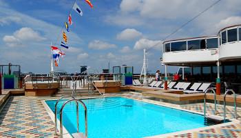Der Sea View Pool auf Deck 9 am Heck des Schiffes © Melanie Kiel