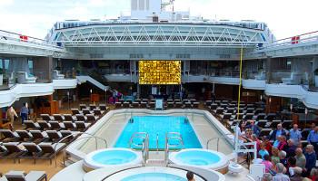 Der Lido-Pool mit Whirlpools und Liegebereichen auf zwei Decks. Auf der großen LED-Leinwand werden abends Kinofilme gezeigt © Melanie Kiel