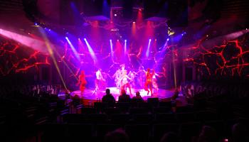 World Stage - das neu designte Theater, in dem Gäste die nahezu kreisrunde Bühne umrahmen und das Bühnenbild sich über 270-Grad LED Screen erstreckt © Melanie Kiel