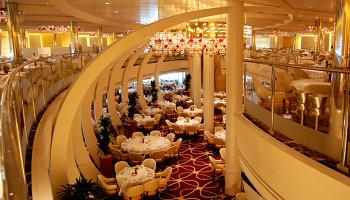 """Herzstück des Main Dining Rooms ist ein zwei Decks hoher """"Wine Tower"""" © Melanie Kiel"""
