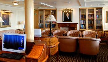 Die Bibliothek auf der MS Deutschland heißt Adlon-Lounge © Melanie Kiel