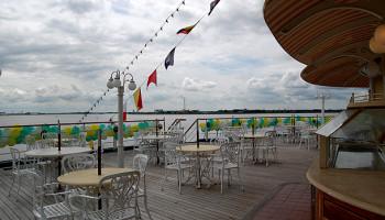 Die Lido-Terrasse samt Bar auf Deck 9 © Melanie Kiel