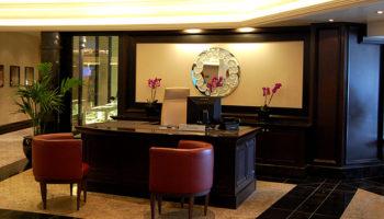 Concierge und Ausflugsservice befinden sich im Atrium © Melanie Kiel
