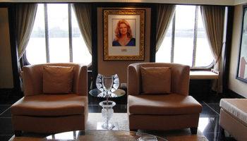Die Sitzecke im Atrium ziert ein Porträt der Taufpatin Mary Hart © Melanie Kiel