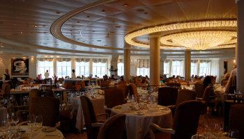 Große Panoramafenster und ein eindrucksvoller Kristallleuchter bilden den eleganten Rahmen zum Dinner im Grand Dining Room © Melanie Kiel
