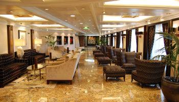 Die schicke Grand Bar auf Deck 6 findet sich auf allen Schiffen der Oceania Cruises Flotte © Melanie Kiel