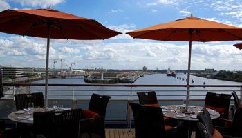 Ein Lieblingsplatz und schöner Ort zum Frühstücken ist der Außenbereich des Terrace Café am Heck des Schiffes © Melanie Kiel