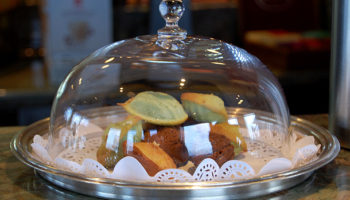 Süße kleine Leckereien in der Kaffeebar Baristas auf Deck 14 © Melanie Kiel