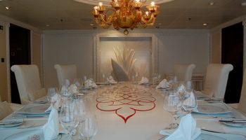 Das Privèe am Heck auf Deck 14 kann von Gästen für verschiedene Anlässe reserviert werden. Hier speist man in privater Atmosphäre © Melanie Kiel