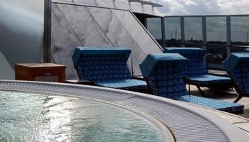 Die Spa Terrace mit Jacuzzi am Bug der Marina © Melanie Kiel