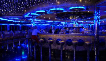 Schöner Ort für den Cocktail am Abend - der Salon Molière am Heck auf Deck 5 © Melanie Kiel