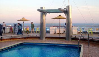 Schwimmen mit Ausblick - Pool am Heck der Costa Favolosa © Melanie Kiel