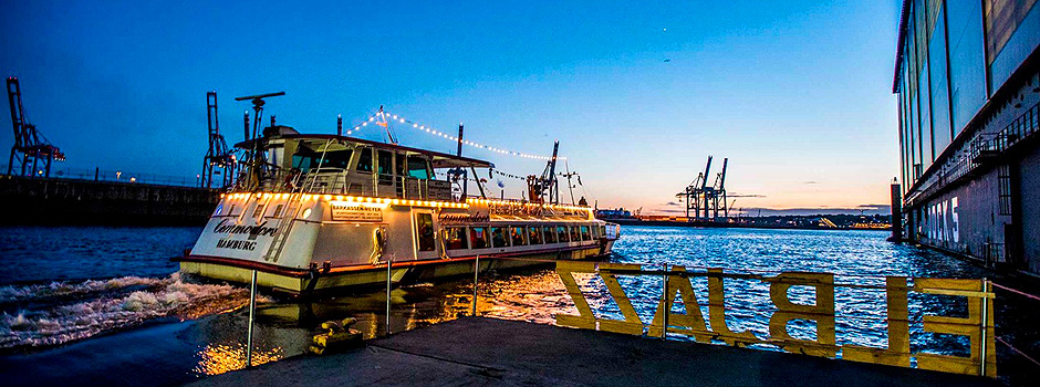 Die Barkasse Commodore im Hamburger Hafen © Ankerherz Verlag