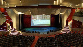 Mehr als 1600 Zuschauer finden im Theater auf der MSC Fantasia im vorderen Bereich des Schiffes Platz © Melanie Kiel