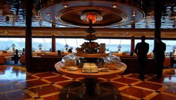 Hervorragender Service, luxuriöse Ausstattung und tolle Ausblicke bietet die exklusive Top Sail Lounge © Melanie Kiel