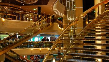 Ein Highlight des Schiffes sind diebeiden Swarovski-Treppe im Atrium © Melanie Kiel