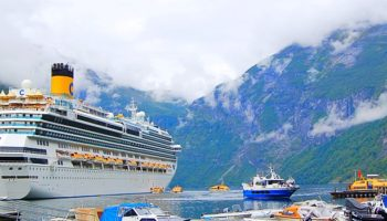 Zu den Trendzielen 2018 gehört Norwegen. Toller Anblick - die Costa Favolosa im Geirangerfjord © Melanie Kiel