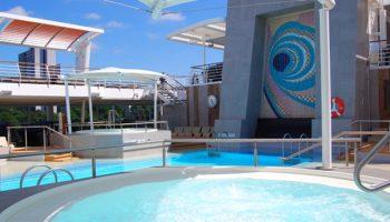 Rund um die Lagune auf Deck 12 der Mein Schiff 6 samt Außenpool und zwei Whirlpools lässt es sich wunderbar entspannen © Melanie Kiel