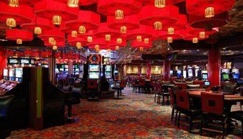 Mit Roulette, Blackjack, Texas-Hold'Em-Poker und natürlich einarmigen Banditen vertreiben sich Gäste im Jade Club Casino die Zeit © Melanie Kiel