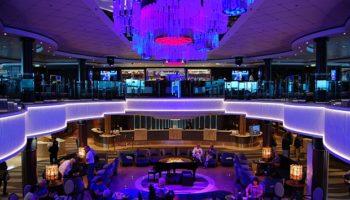 Herz der Norwegian Jade ist das Atrium. Es erstreckt sich über Deck 7 und 8 samt Bar und Piano-Musik. Auf Deck 8 herrscht dagegen Pub-Atmosphäre in der O'SHEEHAN'S Neighborhood Bar © Melanie Kiel