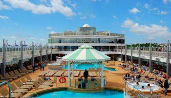 Einer der Lieblingsplätze an Bord: Der Außenpoolbereich mit zwei Pools und Whirlpools © Melanie Kiel