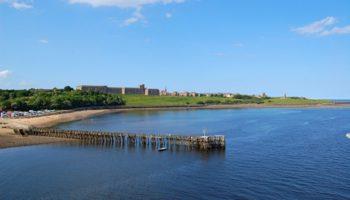 Leaving Newcastle: Über den Fluss Tyne bahnt sich die Princess Seeaals den Weg in Richtung Nordsee. An der Mündung liegt der Ort Tynemouth mit seiner Klosterruine und dem alten Schloss © Melanie Kiel