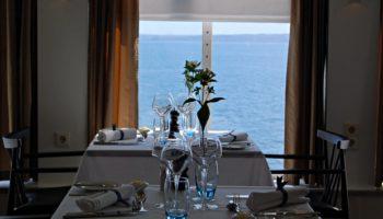 Wer sein Essen lieber am Tisch serviert bekommt, kann in das Explorers Steakhouse oder das Blue Riband mit französischer Küche ausweichen © Melanie Kiel