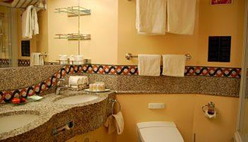 Die Suiten-Badezimmer sind geräumig und mit Kosmetikartikeln ausgestattet © Melanie Kiel