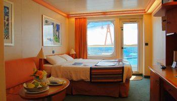 In den geräumten Standard-Balkonkabinen dominieren Orangetöne © Melanie Kiel