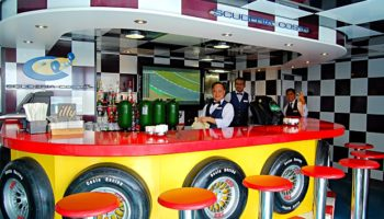 Im Außenbereich auf Deck 12 befindet sich die Formel 1 Bar © Melanie Kiel