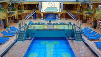 Poolbereich Calypso mit ausfahrbarem Glasdach auf dem Azzuro-Deck 9 © Melanie Kiel