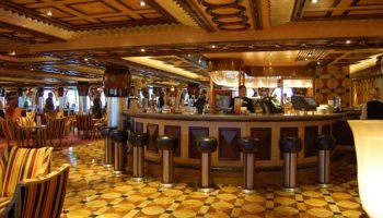 Ein schöner Ort für einen Drink oder einfach zum Schauen und Musik lauschen ist die Grand Bar Rhapsody auf Swing-Deck 5 © Melanie Kiel