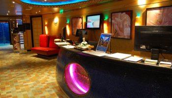 Eingang und Rezeption des Samsara-Spa. Auch hier erwartet Gäste ein Meer aus Farben © Melanie Kiel