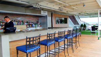Am Heck des Schiffs befindet sich der Oasis-Bereich samt gleichnamiger Bar © Melanie Kiel