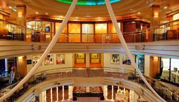 Das Atrium im Herzen des Schiffs erstreckt sich über drei Decks © Melanie Kiel