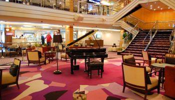Eyecatcher im Zentrum des Atriums auf Deck 5 ist ein schwarzes Piano © Melanie Kiel