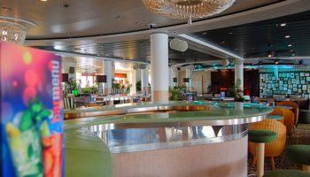 Die Connexions Bar wirkt mit den Korbmöbeln wie ein großer Wintergarten © Melanie Kiel